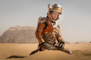 """Ako postoji jedan suvremeni američki blockbuster s kojim """"Marsovac"""", četvrti znanstvenofantastični film Ridleyja Scotta, dijeli dramaturšku DNK, onda je to onaj kojega eksplicitno navodi u svojoj završnici: """"Iron Man"""""""