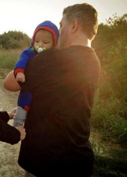 Novinar Željko Garmaz nosi izbjegličko djete prema hrvatsku granicu  Foto: HRT