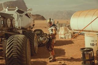 """Implikacije """"Marsovca"""", najtečnijeg i vjerojatno najnespornijeg Scottovg posjeta žanru koji ga je proslavio, pokazuju se kao primarno propagandne (što nije loše, kad se propagira znanost), ali sekundarno i reakcionarne"""