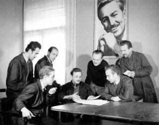 Animatorska ekipa Velikog mitinga : Walta Disneya, 1951. – s lijeva sjede oko Waltera Neugebauera asistenti Borivoj Dovniković Bordo i Vlado Delač, te režiser Norbert Neugebauer