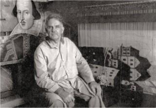 Ivan Tomljanović u ateljeu; u pozadini tkalački stan na kojem gospođa Anita Ivanove kreacije pretvara u tapiserije