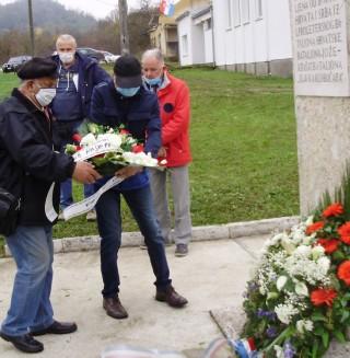 Karlovački antifašisti polažu vijenac u Gornjem Sjeničaku