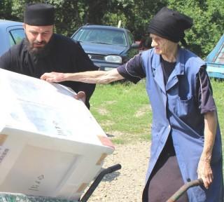 Protojerej Umićević donio je plinski štednjak