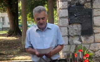 Petar Kavgić kraj spomenika u Slatinskom Drenovcu