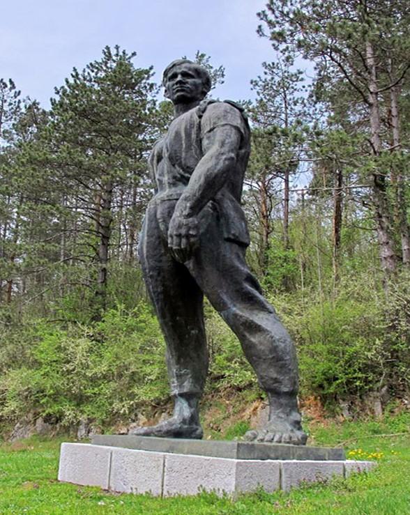 Spomenik u Drežnici (foto Wikipedija)